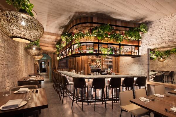 Urbano tropski dekor restorana na Menhetnu