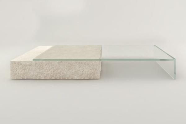 Monolitni stočić za kafu od kamena i stakla