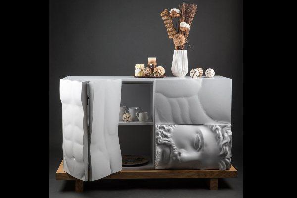 Moderna bela komoda inpsirisana grčkom mitologijom