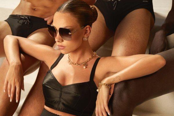 Ester Eksposito senzualno prikazuje Dolce & Gabbana 90s  kolekciju