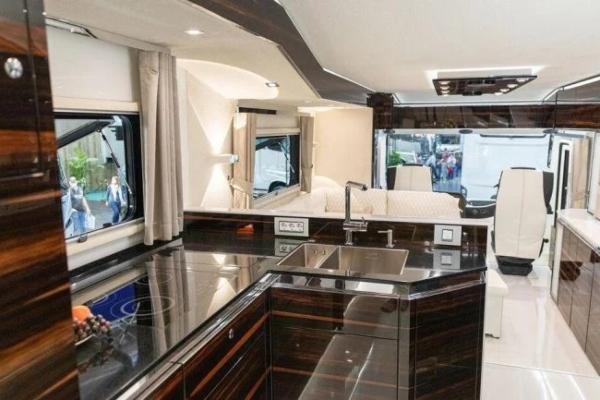 Prava kopnena jahta - pogledajte novi Volkner dom na točkovima
