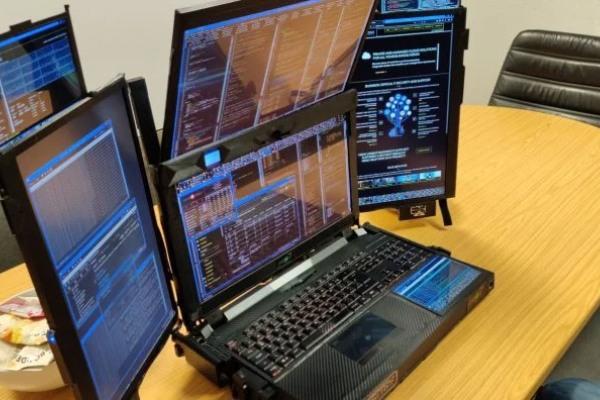 Laptop sa sedam ekrana i cenom od 20.000 dolara