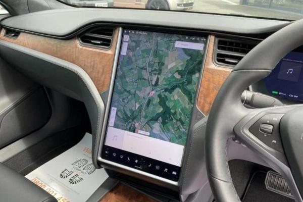Na prodaju Tesla Model S kog je vozio princ Čarls