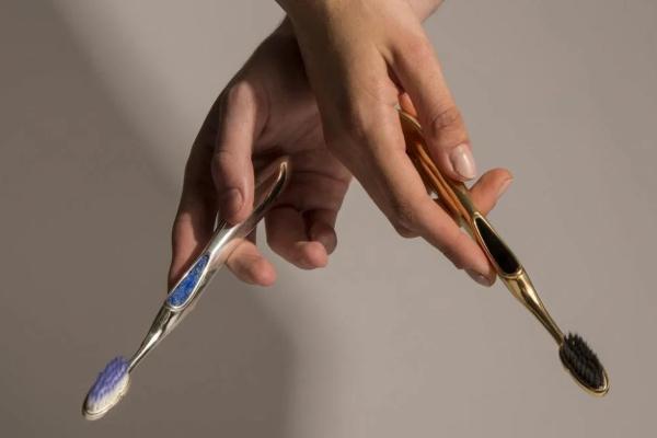 Rolex među četkicama za zube
