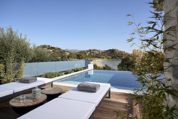 Otkrijte kombinaciju čistog luksuza i boemskog ambijenta u Grčkoj