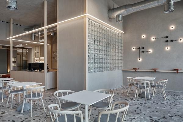 Privlačnost industrijskog stila u kafeteriji u Dubaiju