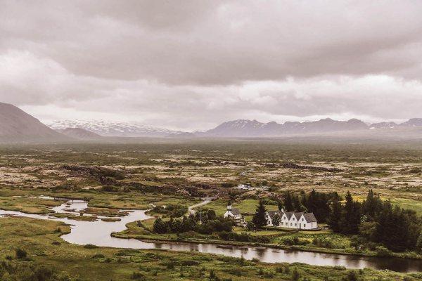 Dom uronjen u islandsku prirodu